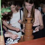 goście przy fontannie czekoladowej
