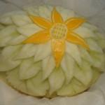 Rzeźba w żółtym melonie