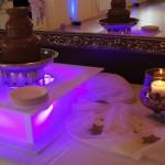 Fontanna czekoladowa na podświetlanym podeście