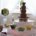 Fontanna z czekolady na podświetlanym podeście