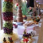 palma z szaszłykami owocowymi z fontanną czekoladową