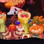 Dekoracje owocowe przy fontannie czekolady na bankiecie