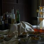 Fontanna alkoholowa na stole z trunkami weselnymi