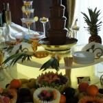 Fontanna do czekolady, owocowe dekoracje i fontanna alkoholowa