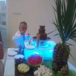 Owocowe dekoracje przy fontannie czekolady