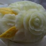 Carving w żółtym melonie - kwiat