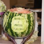 Dekoracyjnie wycięty arbuz z imionami Młodej Pary