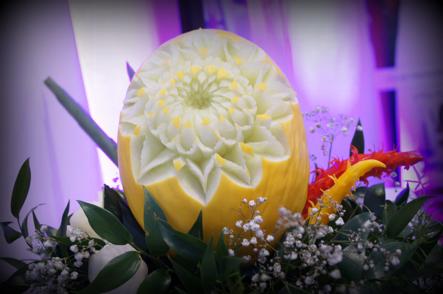 Greenery carving, czyli dekoracje owocowe i warzywne w stylu greenery wedding.