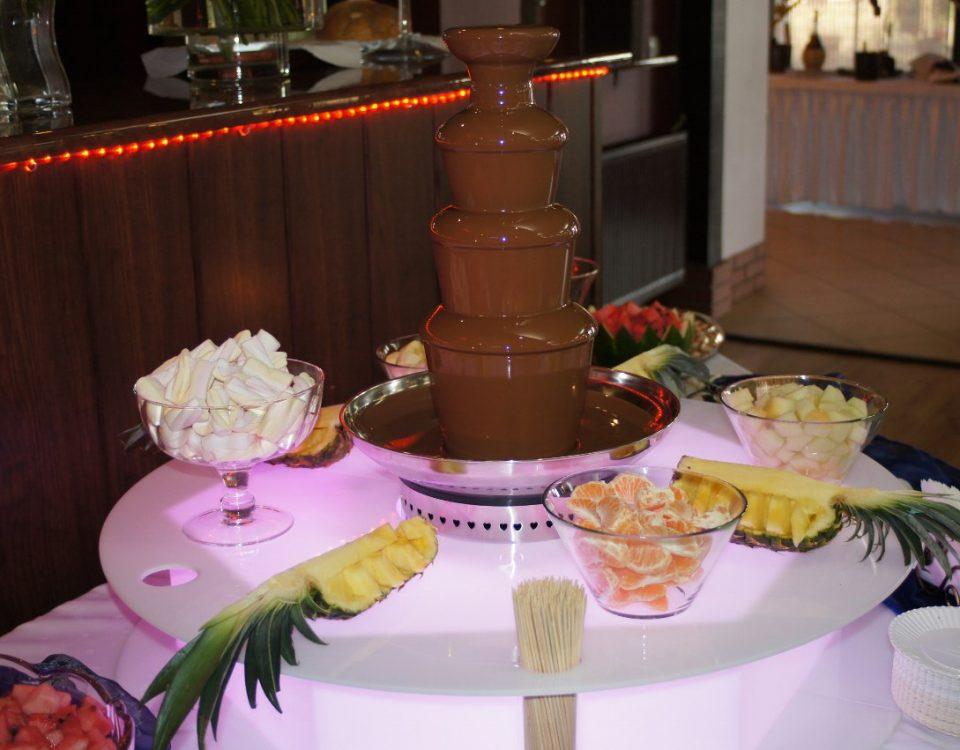 Fontanna z czekoladą belgijską na podświetlanym podeście