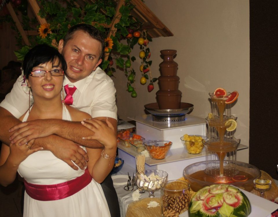 Młoda Para przy fontannie z czekoladą