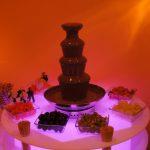 Czekoladowa fontanna z dekoracją carvingową