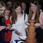 Młodzież przy fontannie z czekoladą