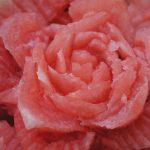 róża na torciku owocowym - carving