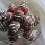 truskawki w mlecznej i białej czekoladzie