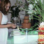 Goście weselni przy fontannie z czekoladą