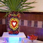 palma z owoców na podświetlanym podeście, fontanna z mleczną belgijską czekoladą, fontanna alkoholowa, fontanna serowa