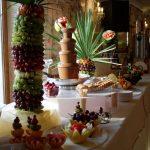 Dekoracje z owoców i palmy owocowe z fontanną czekoladową