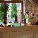 Dekracyjny owocowy stół, dekoracje carvingowe z owoców, fontanna czekoladowa