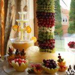 Fontanna alkoholowa i palma owocowa oraz dekoracje z owoców