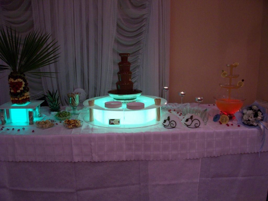 Fontanna z mleczną czekoladą i fontanna z drinkiem na weselu w Zameczku w Emilianowie
