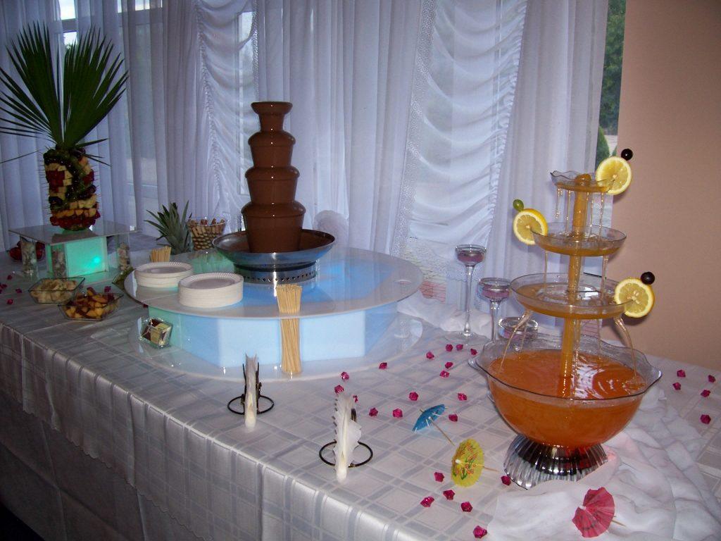Palma z owoców i fontanna czekoladowa na podświetlanych podestach