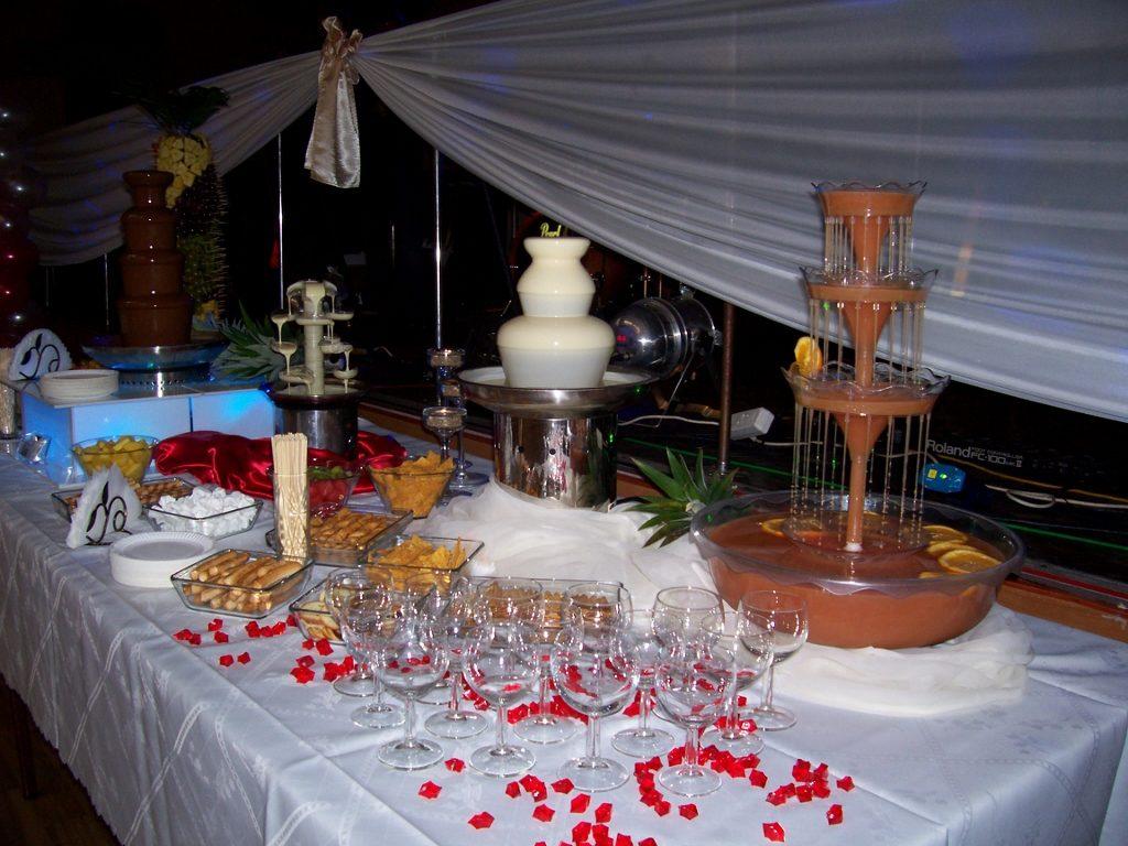 Fontanna alkoholowa, serowa i czekoladowa oraz palma z owocami na weselu OSP Skarszew