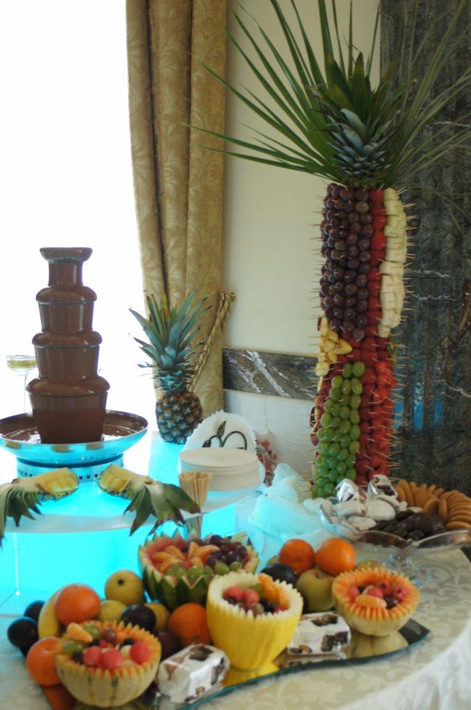 Fontanna czekoladowa i dekoracje owocowe