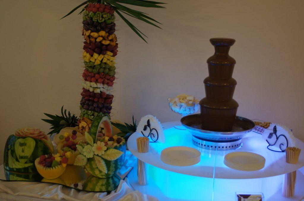 Fontanna czekoladowa na pdświetlanym podeście - Zajazd Europejski