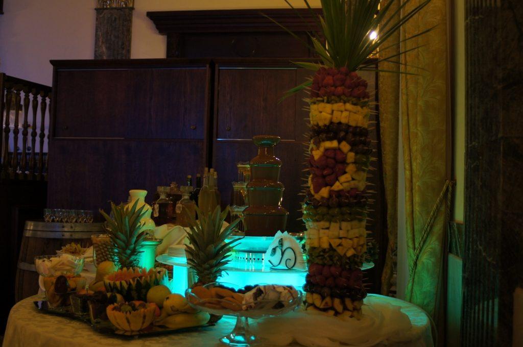 Fontanny czekoladowe, alkoholowe, serowe i dekoracje owocowe