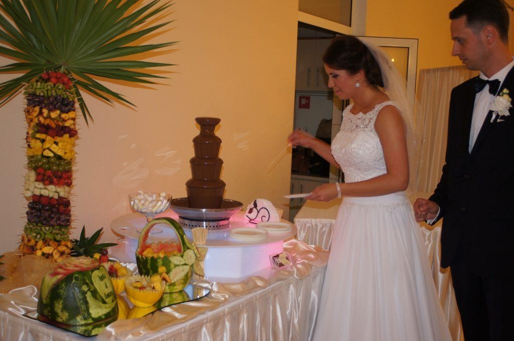 Młoda Para przy fontannie czekoladowej
