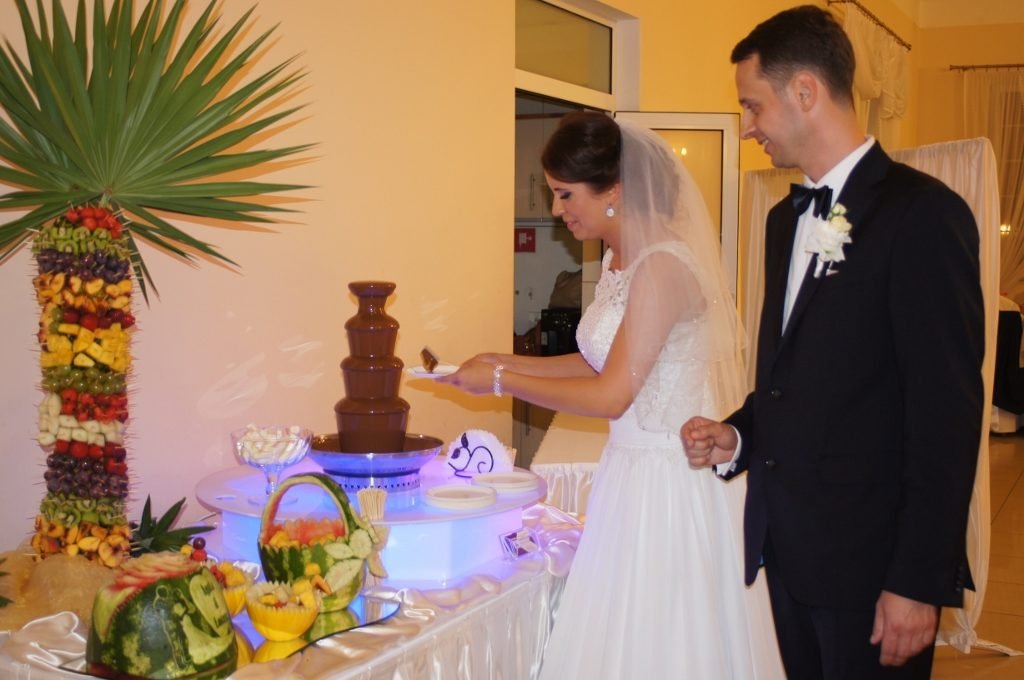 Młoda Para przy słodko owocowym bufecie