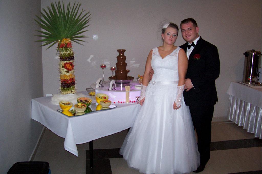 Młoda Para przy słodko-owocowym stole