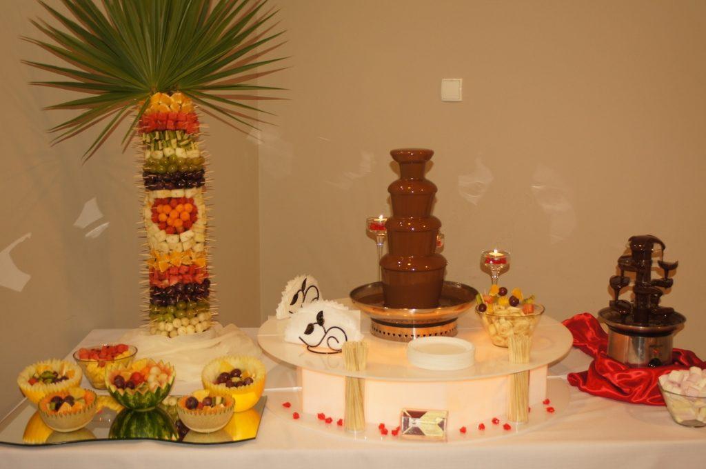 Owocowy bufecik z palmą owocową i fontanna czekoladowa
