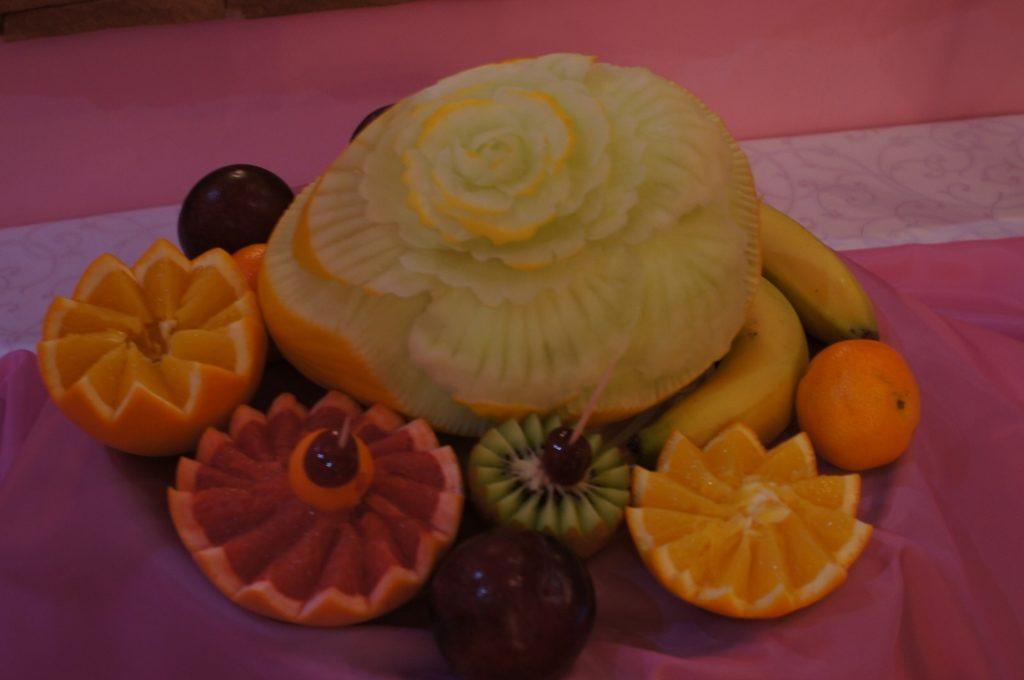 Carving w miodowym melonie - owocowy stół
