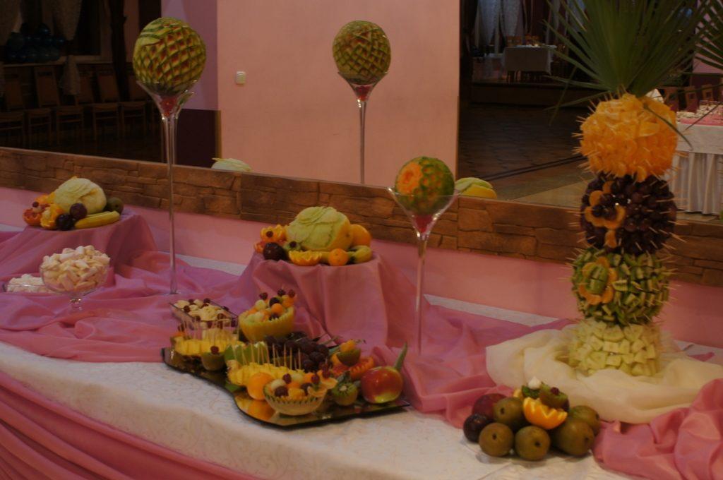 Dekoracyjny owocowy stół i fontanna czekoladowa w Domu Górnika w Kłodawie
