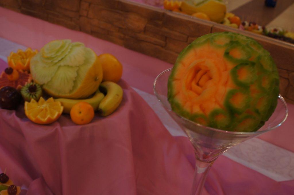 carving w melonie cantaloupe - dekoracje owocowego stołu