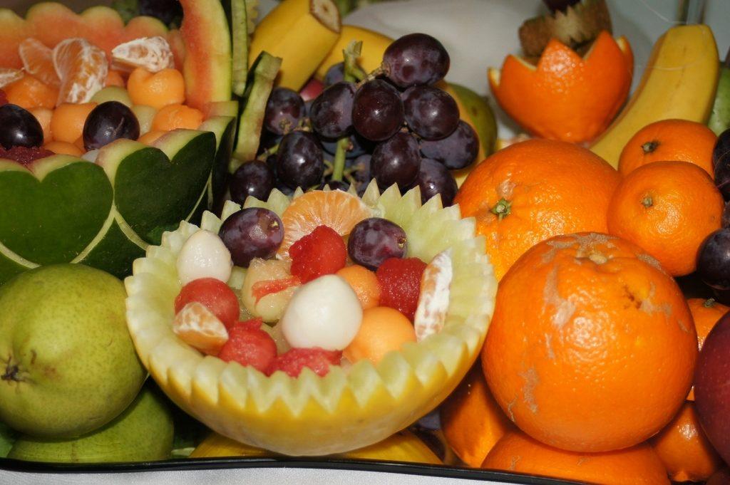 dekoracyjne owoce przy fontannie czekoladowej