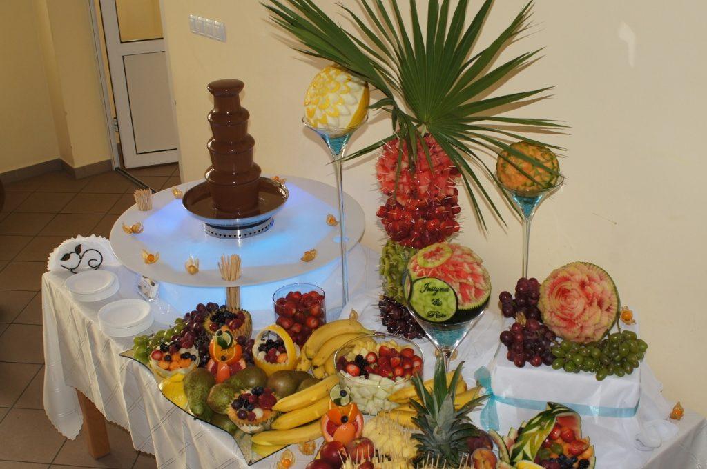 Fontanna czekoladowa i owocowy stół na weselu w Morzyczynie