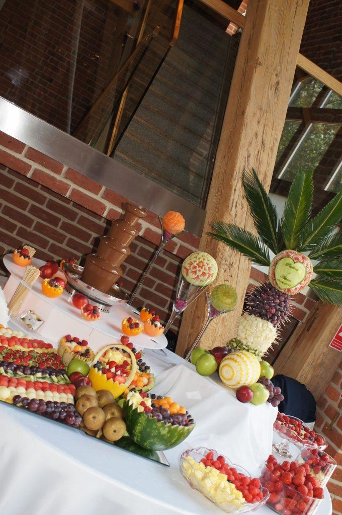 Stół owocowy i fontanna czekoladowa - Zamek Topacz Ślęza