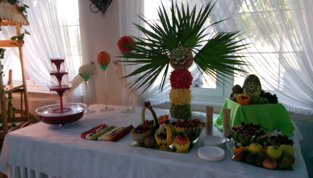 Bufet owocowy i fontanna alkoholowa - Sala Bankietowa w Grodźcu