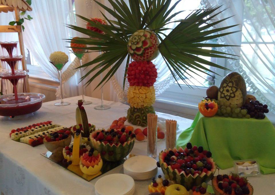Stół owocowy i fontanna z drinkiem na wesele