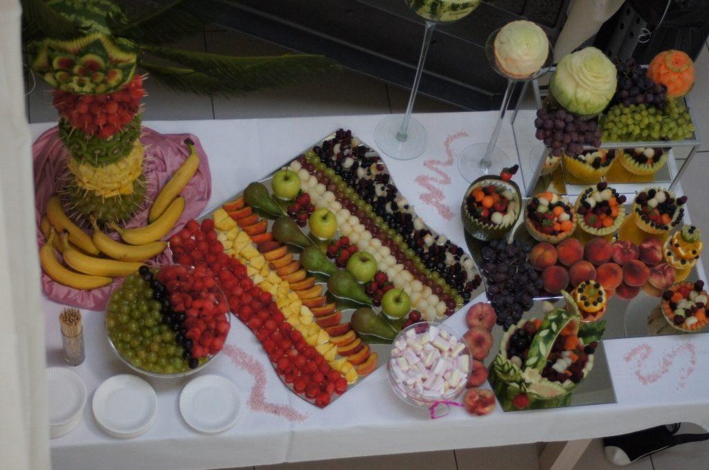 Fantazyjnie wycięte owoce, dekoracje owocowe