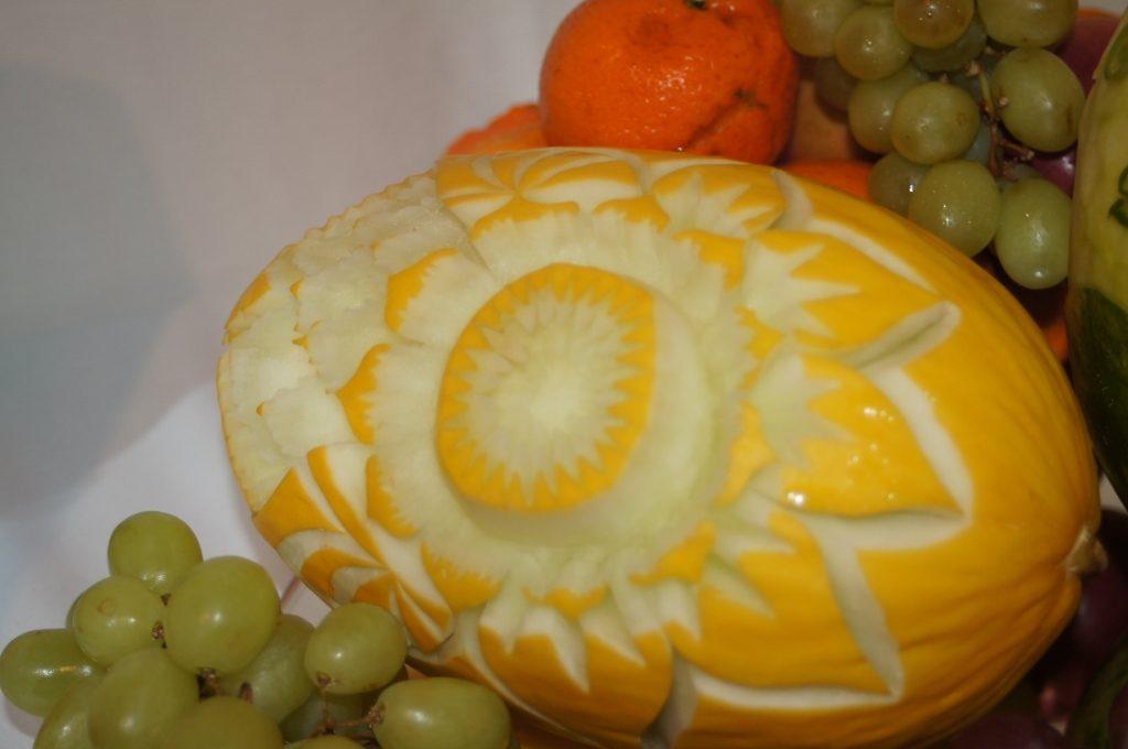 Dekoracje wycięte w melonie