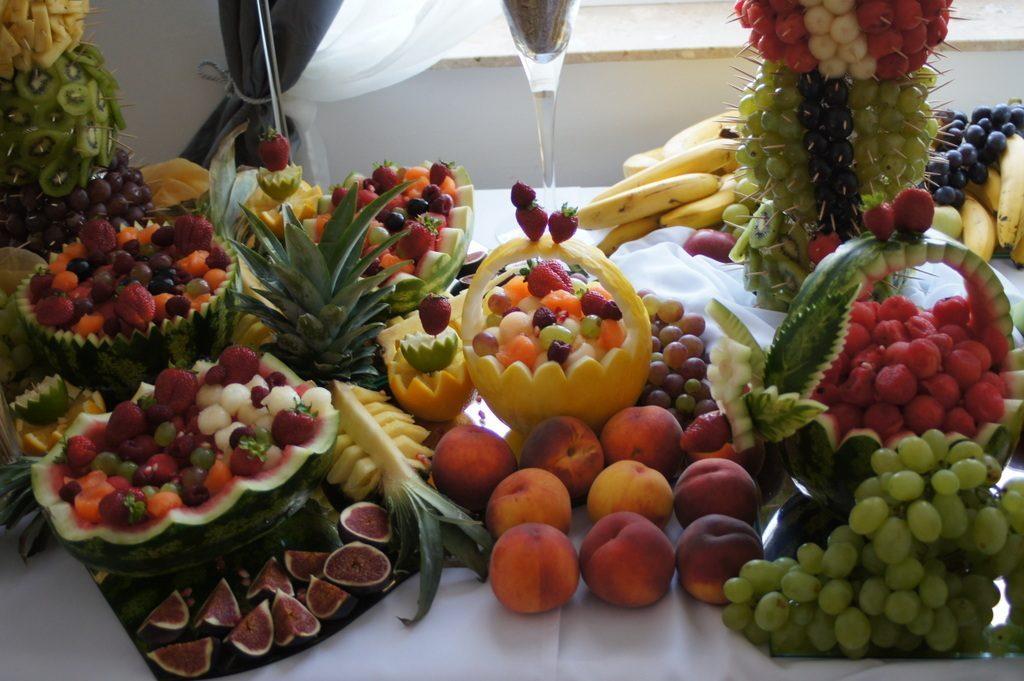 stół z owocami, bufet owocowy, carving