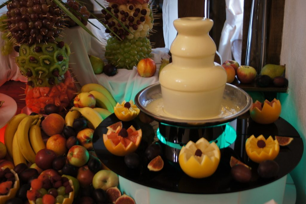 Stół owocowy, biała czekolada Karczma Miłosna