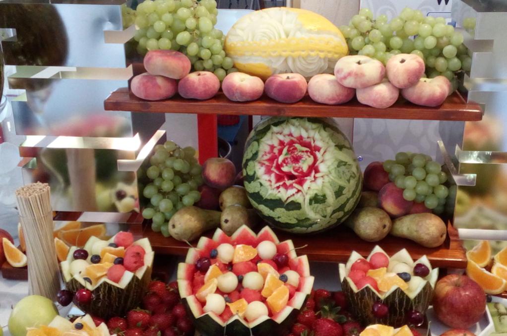 stół z owocami, bufet owocowy, fruit bar, fruit carving, dekoracje owocowe Turek Karczma Biesiadna