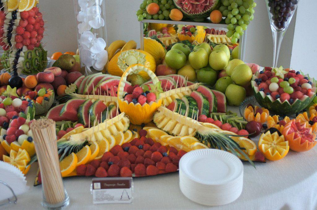 stół z owocami, owocowy stół Dworek w Grabowie nad Prosną