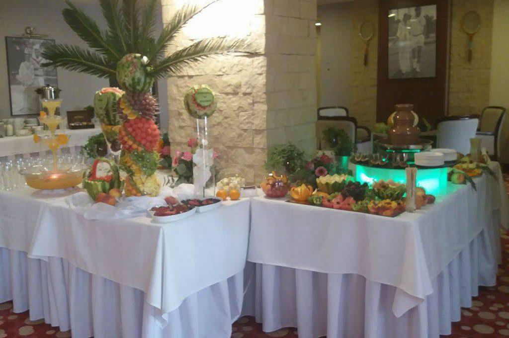 Stół owocowy, fontanna czekoladowa, palma owocowa