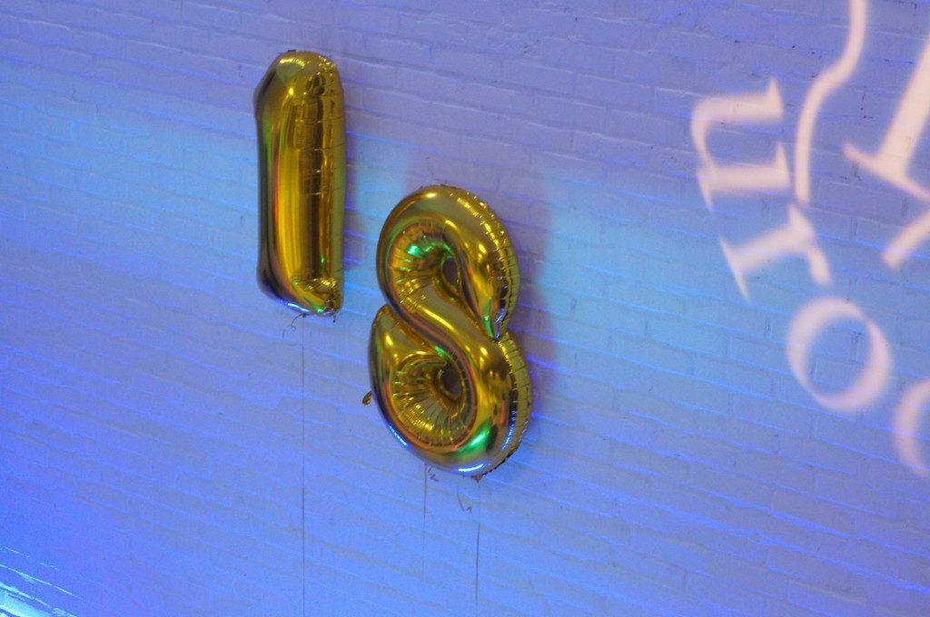 Balonowa cyfra 18, stroiki balonowe, balony z helem, napełnianie balonów helem Turek, Kłodawa, Konin, Koło, Sompolno