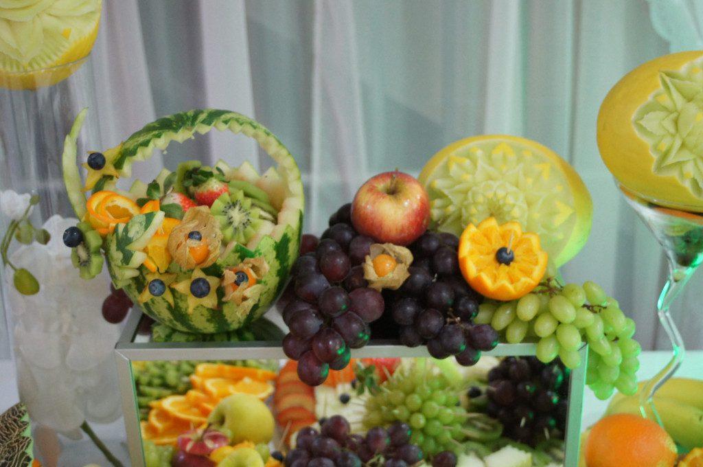 carving, bufet owocowy, stół z owocami, fontanna czekoladowa